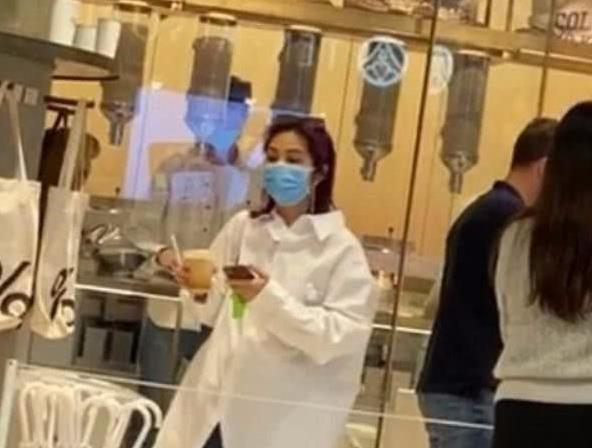杨千嬅跟老公逛超市,穿长衬衫搭牛仔裤,157的身高也太真实了!
