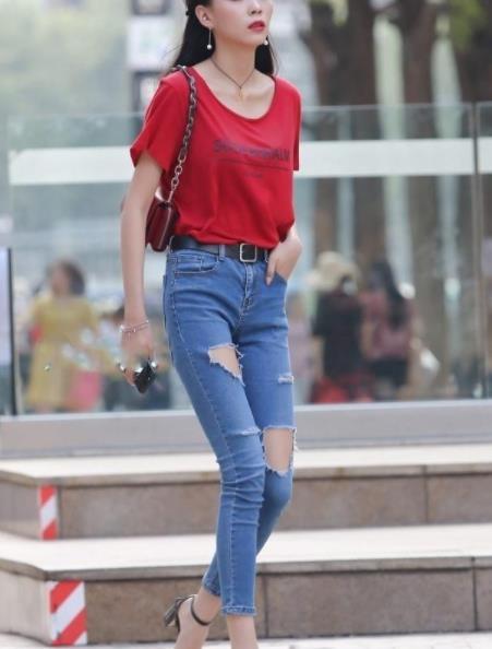 街拍美图:穿搭时尚紧身的小姐姐,身材曼妙,更显潮流风格!