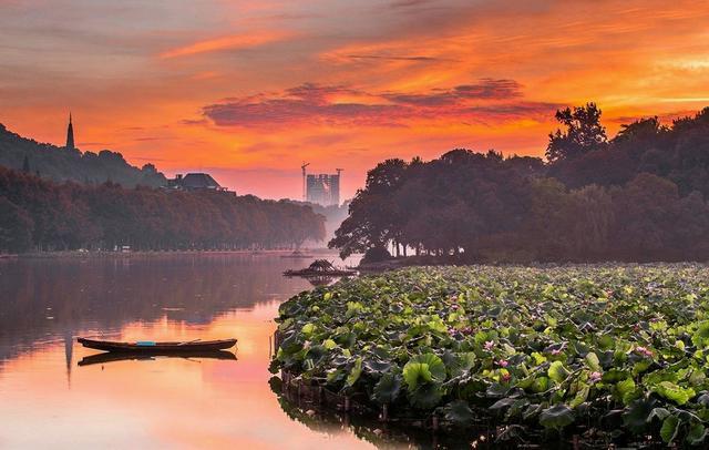 杭州很棒,市内都是山和湖,非常宜居的一个城市,而且霾也不算重