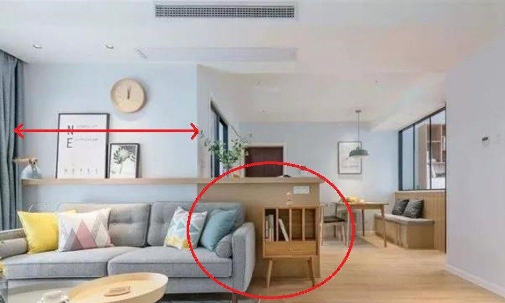 沙发背景墙太窄,沙发突出来咋办?加块延长矮柜,既是柜子又是墙