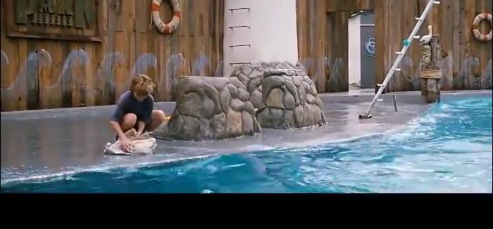 《人鱼童话》少年请鲸鱼吃鱼答谢他救命之恩