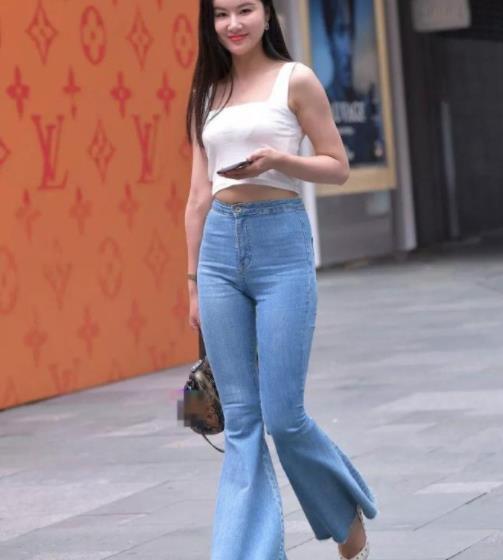 街拍美图:小姐姐白色吊带搭配牛仔喇叭裤,彰显青春的魅力!