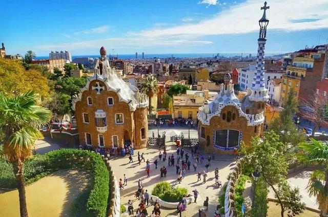 去西班牙旅游,出行前做好攻略,订好车票和旅馆,看看天气预报
