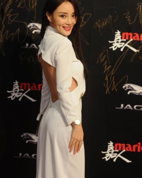 """李小璐真""""招摇"""",穿白色大露背连衣裙走红毯,意外高级大气"""