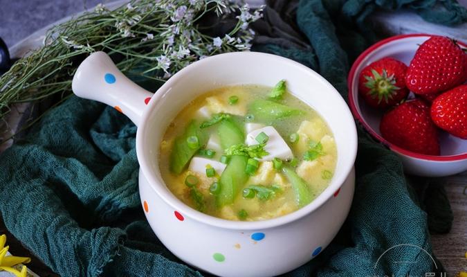 1根丝瓜1个鸡蛋1盒豆腐1锅汤,汤浓味鲜,谷雨时节做给家人喝