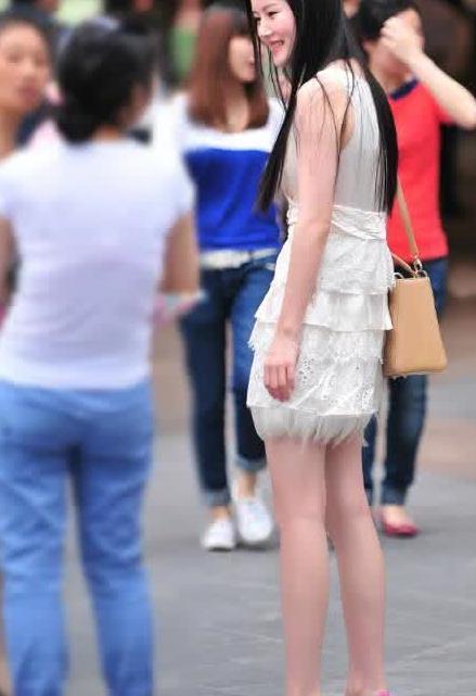 街拍:美女白裙搭粉色高跟鞋,气场十足