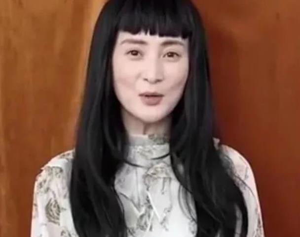 蒋勤勤换发型也翻车,剪眉上刘海显脸颊凹陷,44岁扮嫩不成反显老