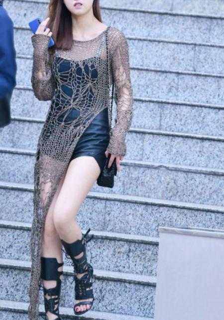 街拍美图:美女颜值非常的高,一身搭配看起来非常的有活力!
