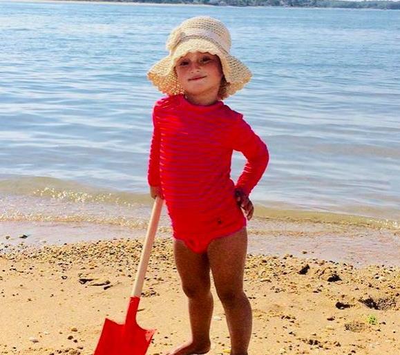 伊万卡晒女儿童年照!穿荧光粉连体泳衣成黑妞,硬凹造型表现欲足