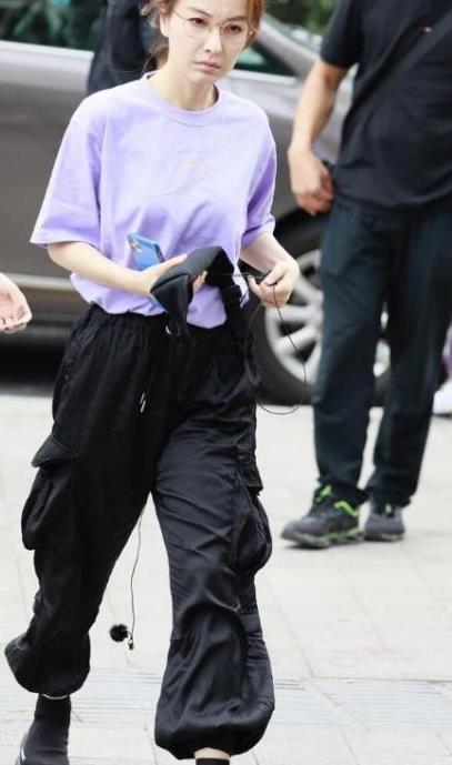 减肥成功后吴昕又现佛系穿搭,紫色T恤配工装裤,展现别样时尚感