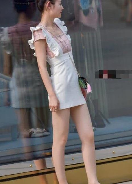 街拍:美女吊带裙搭平底鞋,可爱十足,青春靓丽