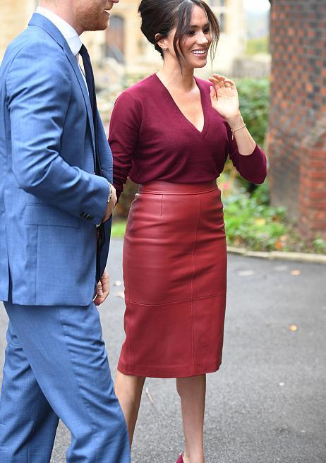 梅根真有公爵夫人范,衣服配色庄重高级,身材好穿皮裙也不显勒