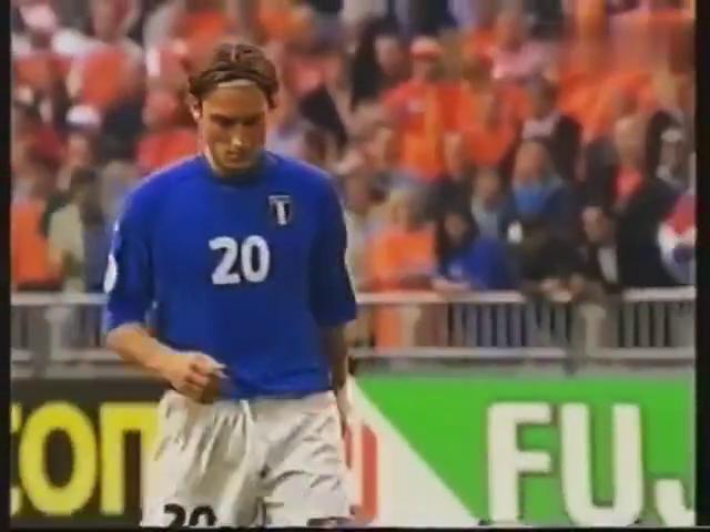 2000年欧洲杯,面对范德萨,托蒂打进一粒芍勺子点球