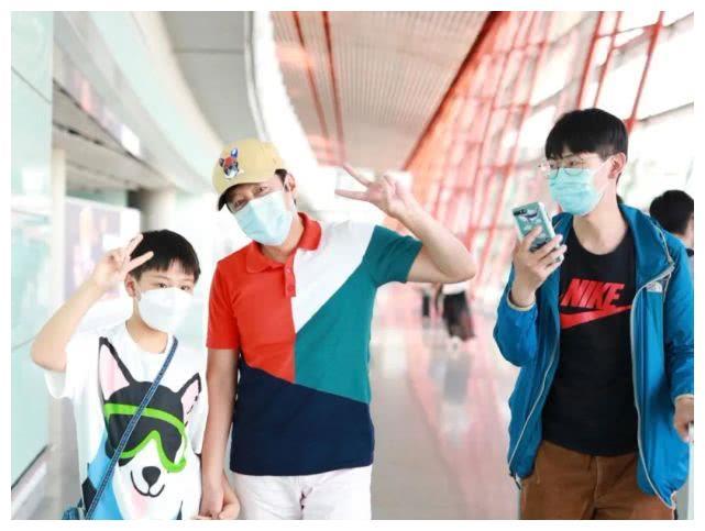 53岁蔡国庆和儿子现身机场,穿休闲装对镜头比六一,画面温馨超甜