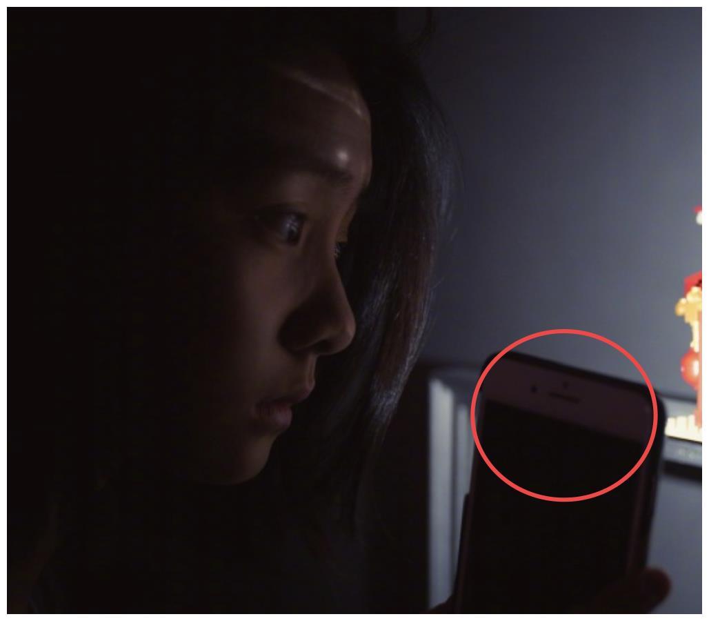 孙莉抓拍女儿玩手机瞬间,看到黄多多用的手机型号,黄磊又被夸了