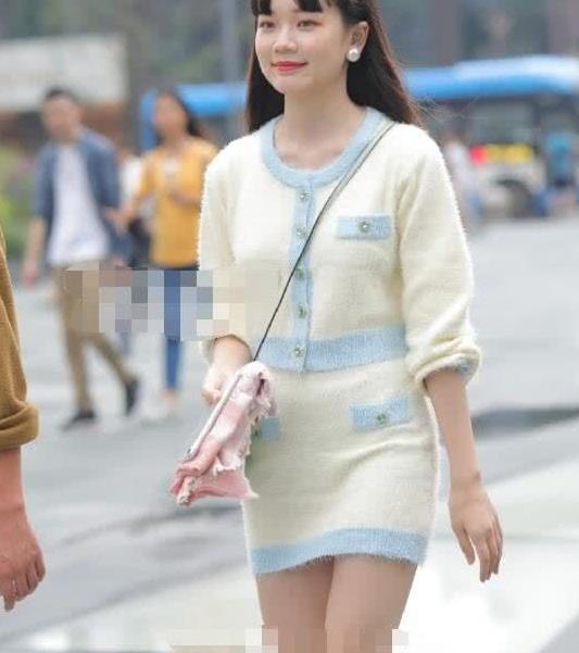 街拍:美女白色毛衣连衣裙,清纯可爱