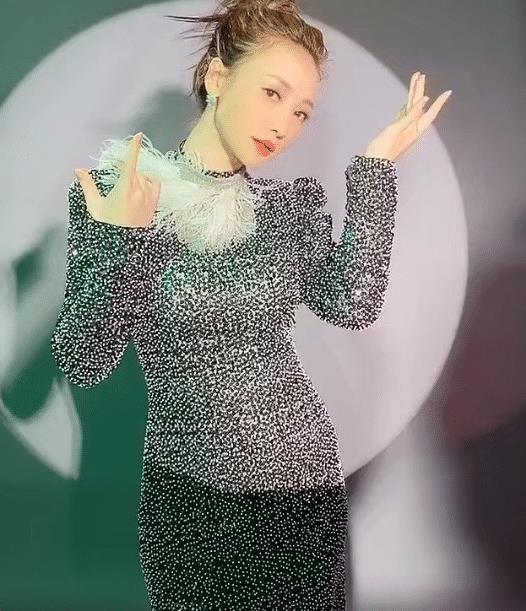 """柳岩可算再穿""""液体裙"""",看她被光影照到那刻,男士都动心了"""