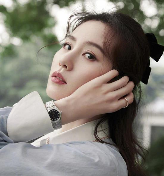 刘诗诗出席活动造型温柔,蝴蝶结发型+衬衫的搭配,让人眼前一亮