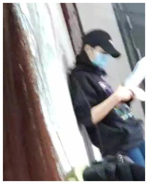 网友高考偶遇张子枫,头戴棒球帽低调现身,靠墙边看书认真备考