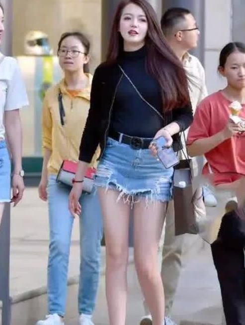身材高挑美女,黑色上衣搭配牛仔裙裤很好看