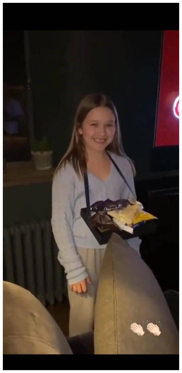 小七就要满9岁了!七公主打扮成售货员,给妈妈维多利亚介绍零食
