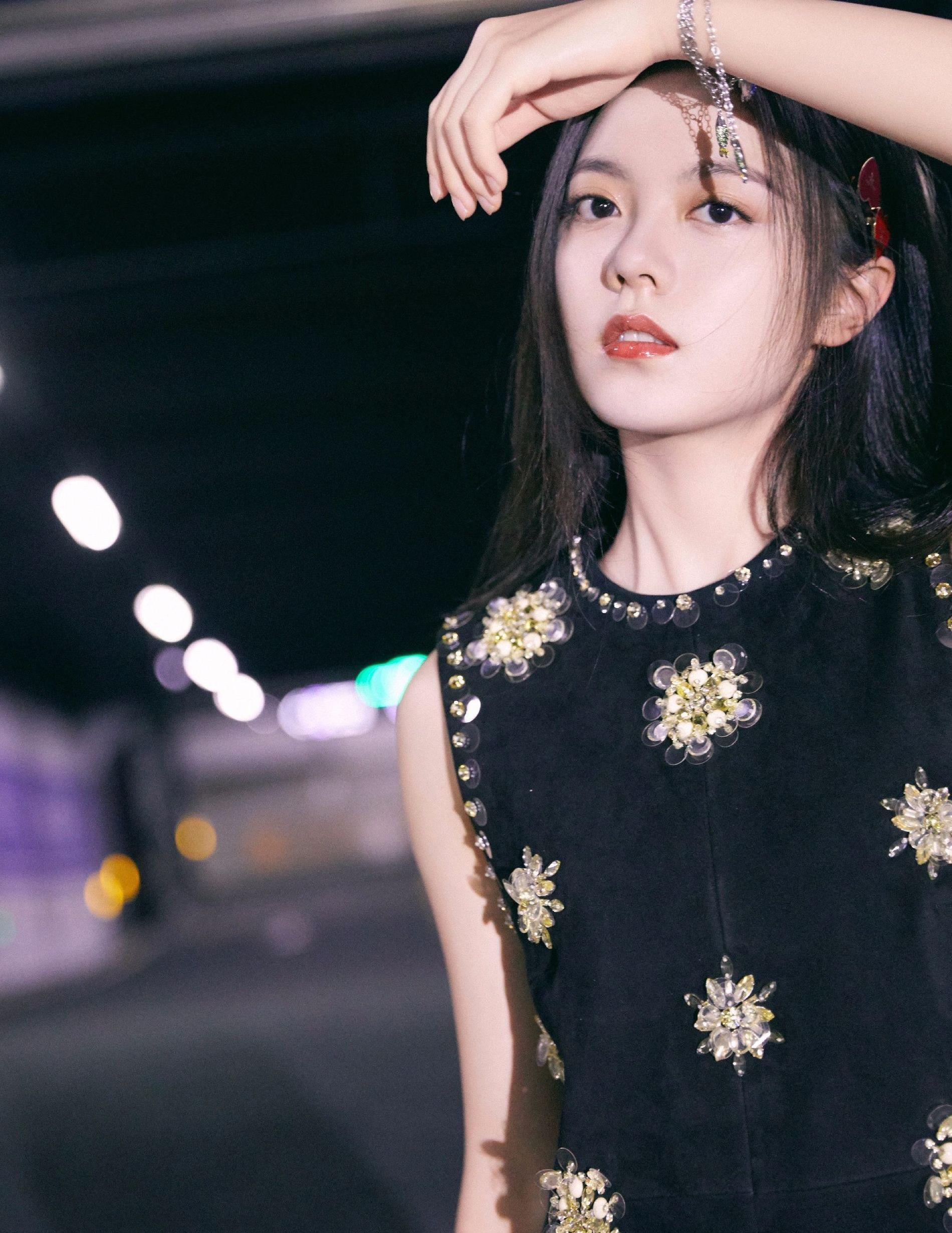 18岁女生初长成,赵今麦黑色亮钻无袖裙,秀出不一样的成熟感