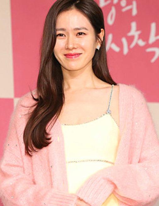 韩国美女孙艺珍嫩粉外套搭配吊带连衣裙,让人赞叹华丽的气质
