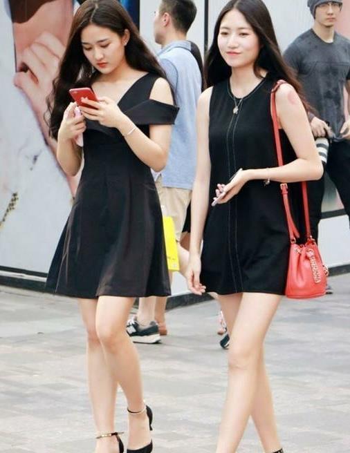 街拍夏日的时髦穿搭,端庄有型的连衣裙展示美女最精致的一面
