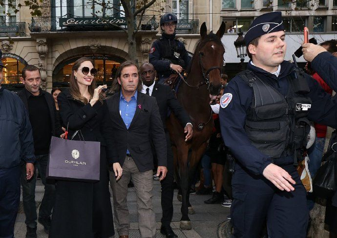 安吉丽娜·朱莉现身,一身黑色的服装,搭配黑色的墨镜,尽显霸气