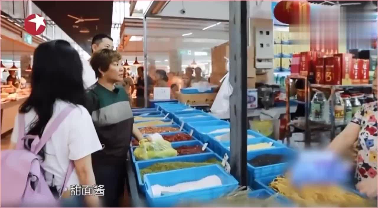 李小璐李静共吃一个肉夹馍,网友,看不下去了。