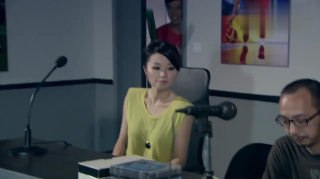 电台出现演播事故:中秋节刚过主持人给观众拜年,曾小贤幸灾乐祸