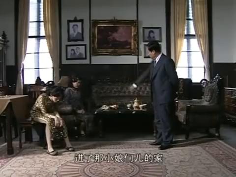 吴敬中大骂翠平是悍妇,翠平气得瞪眼,一看到余则成就欲言又止的
