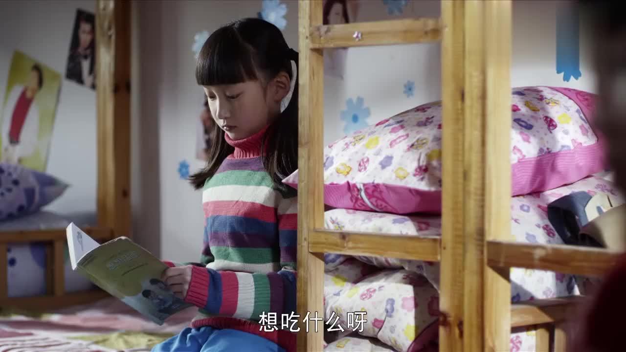 同学都被家长接走了,女孩却还在寝室,执意的要等爸爸来