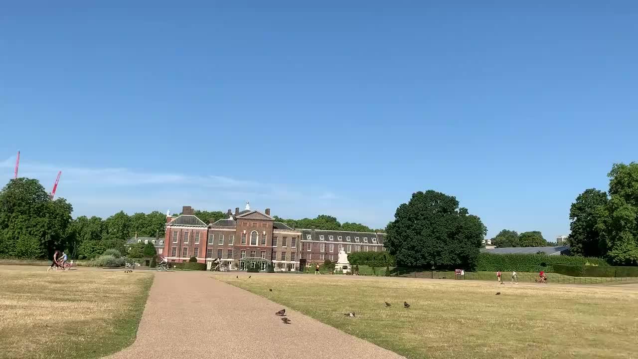 疫情爆发前的英国伦敦戴安娜王妃的故居肯辛顿宫公园前一派和谐