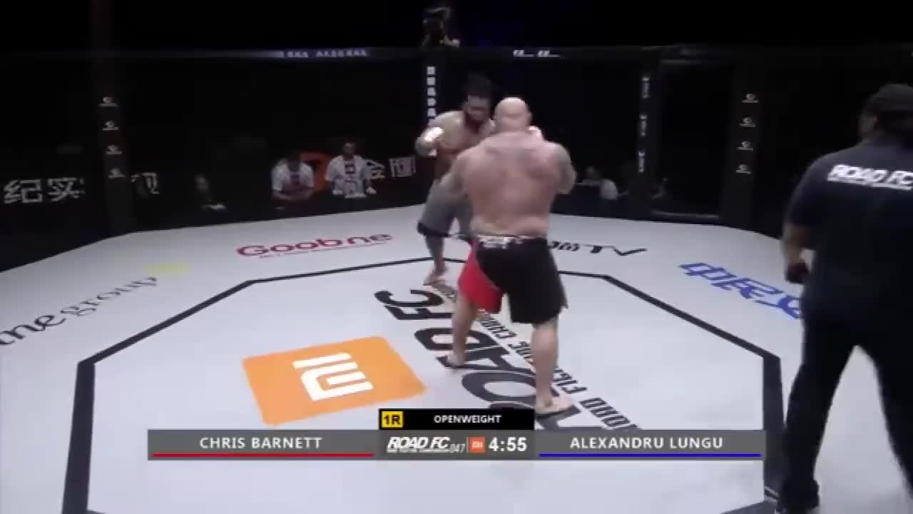 别看美国格斗巨汉一身彪肉,他可是跆拳道高手,四百斤对手都KO