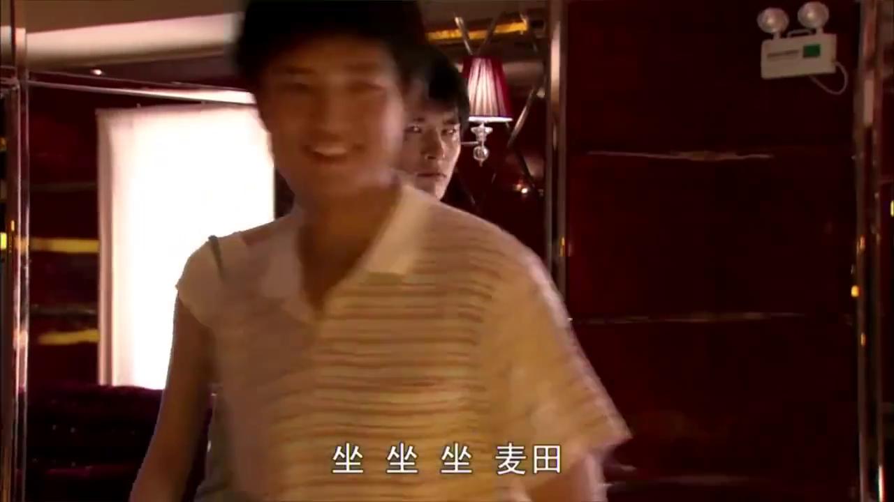 农村大学生第一次去KTV,被嘲笑,不料大学生一首英文歌惊艳了
