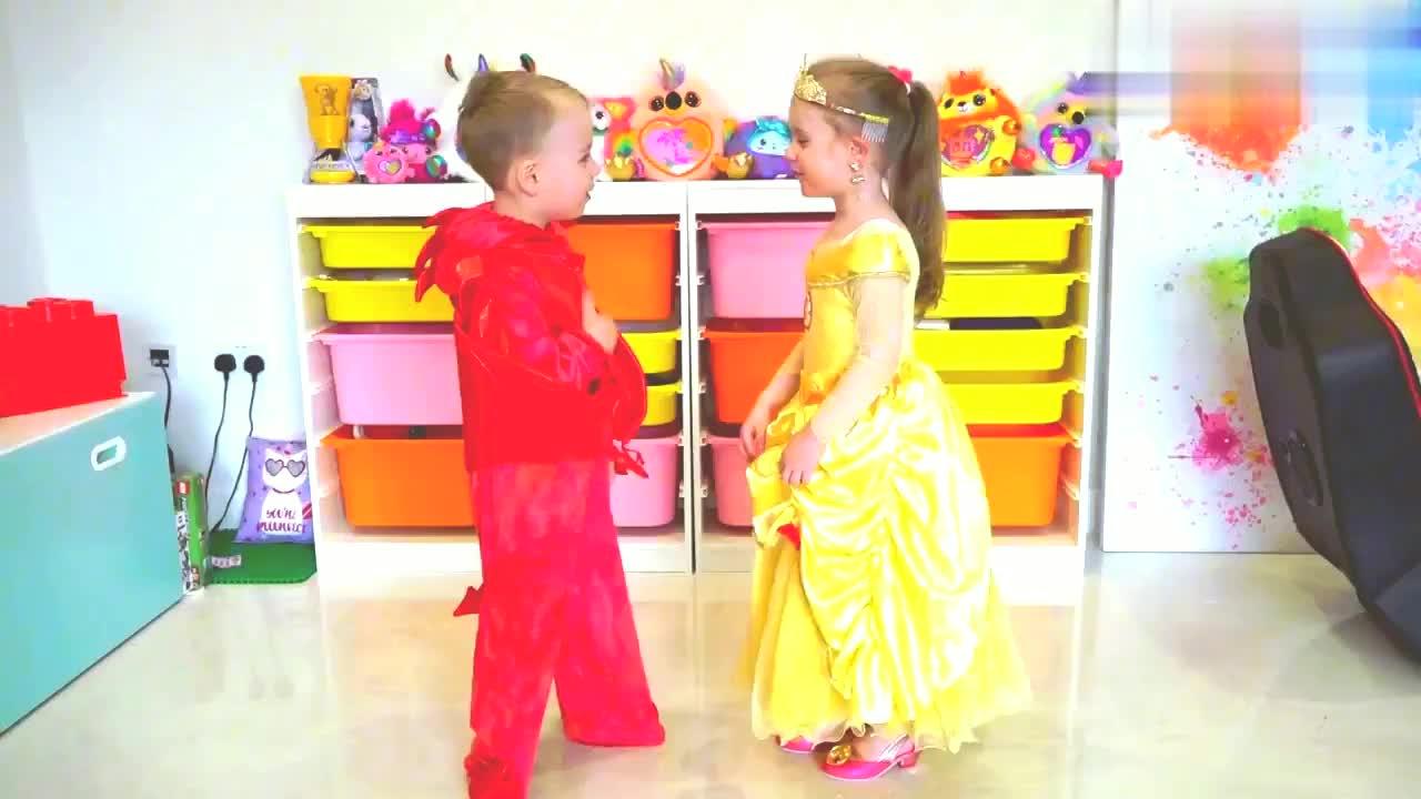 亲子互动,有趣的服装表演赛,瞧,孩子们玩的多开心!