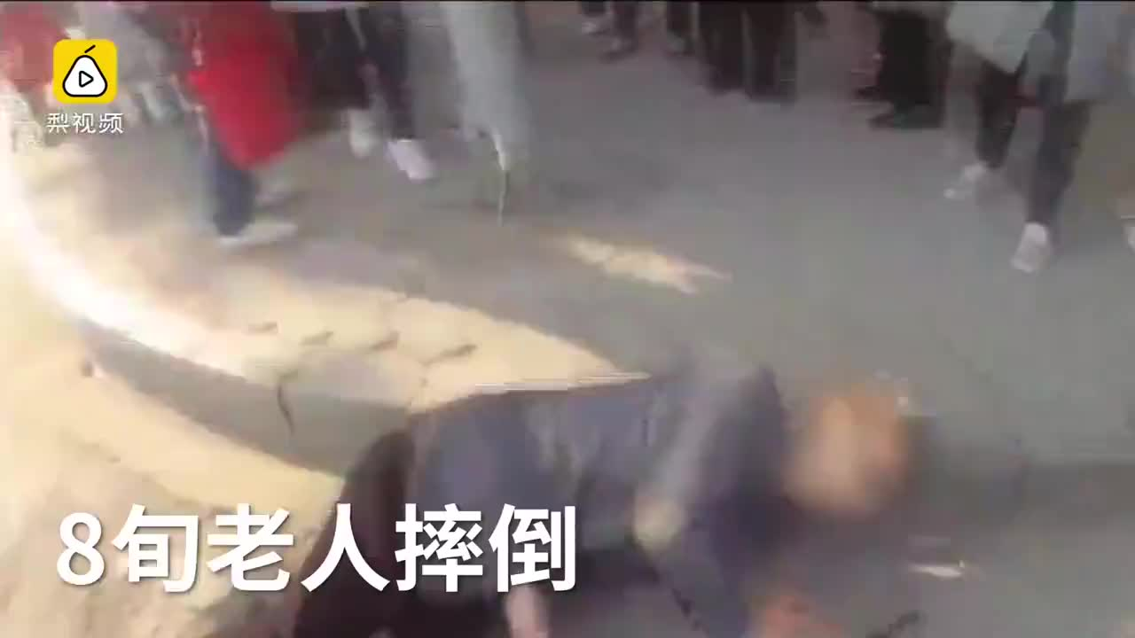 8旬老人摔倒无人扶民警扶起送回家