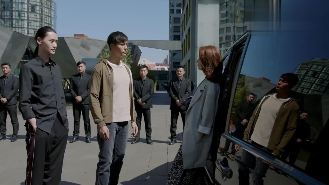 女总裁喜欢小保安,直接升他为保安队长,保安说什么女总裁都依着
