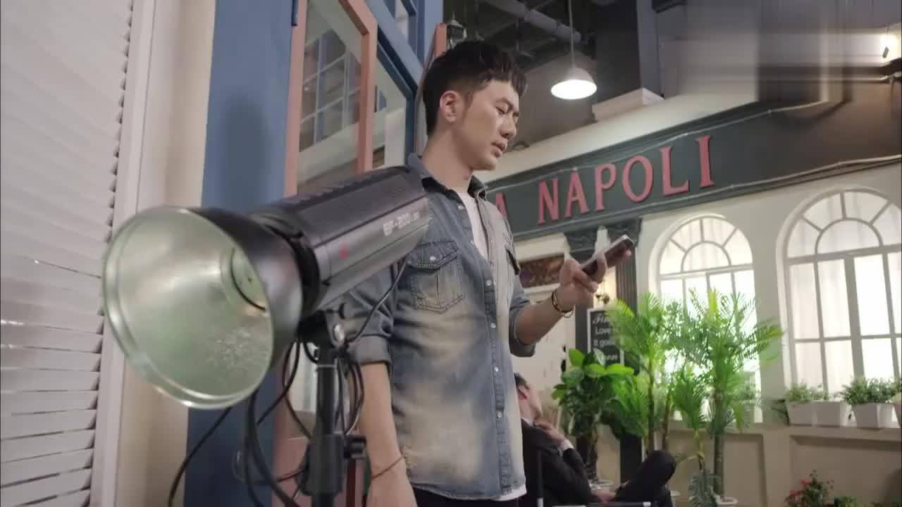 影视:小明星拍广告耍大牌,竟然要在摄影棚吸烟,摄影师不惯着他