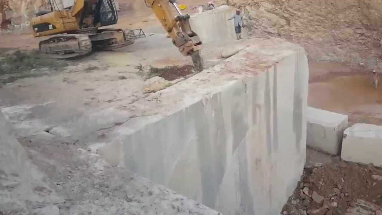 采矿场新来的挖机师傅要价2万工资大家看这技术值不值