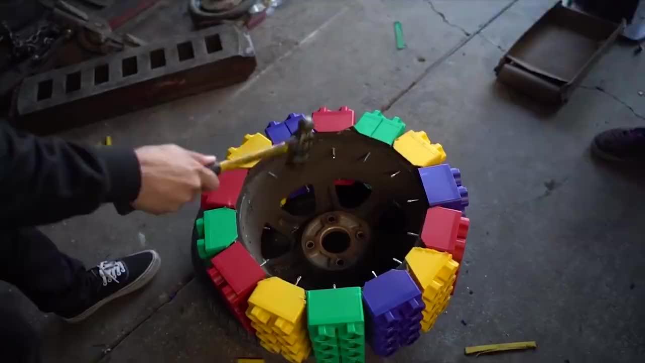 往汽车轮胎里加满水会怎样?小哥作死尝试,结果意外了!