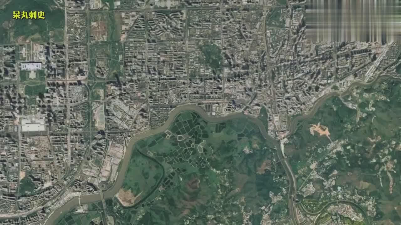 深圳与香港隔着一条深圳河,北岸高楼林立,南岸遍布农田鱼塘