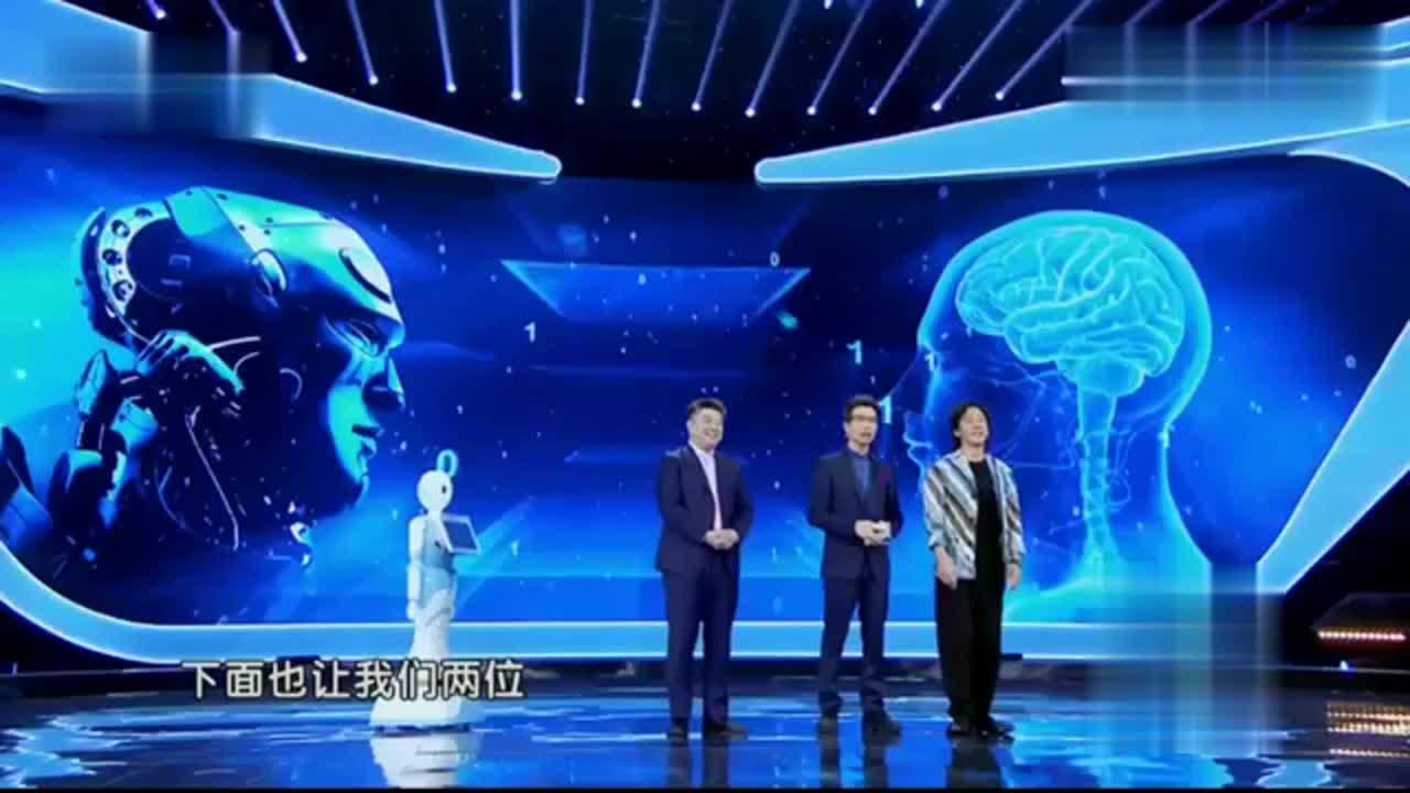撒贝宁和朱广权同台互皮,小撒给翻译机提搞笑问题