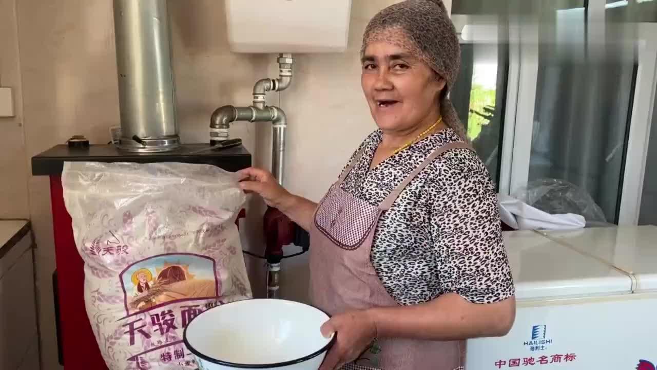 新疆窝馕吃过吗?老妈用500克面粉做了一锅,营养又美味