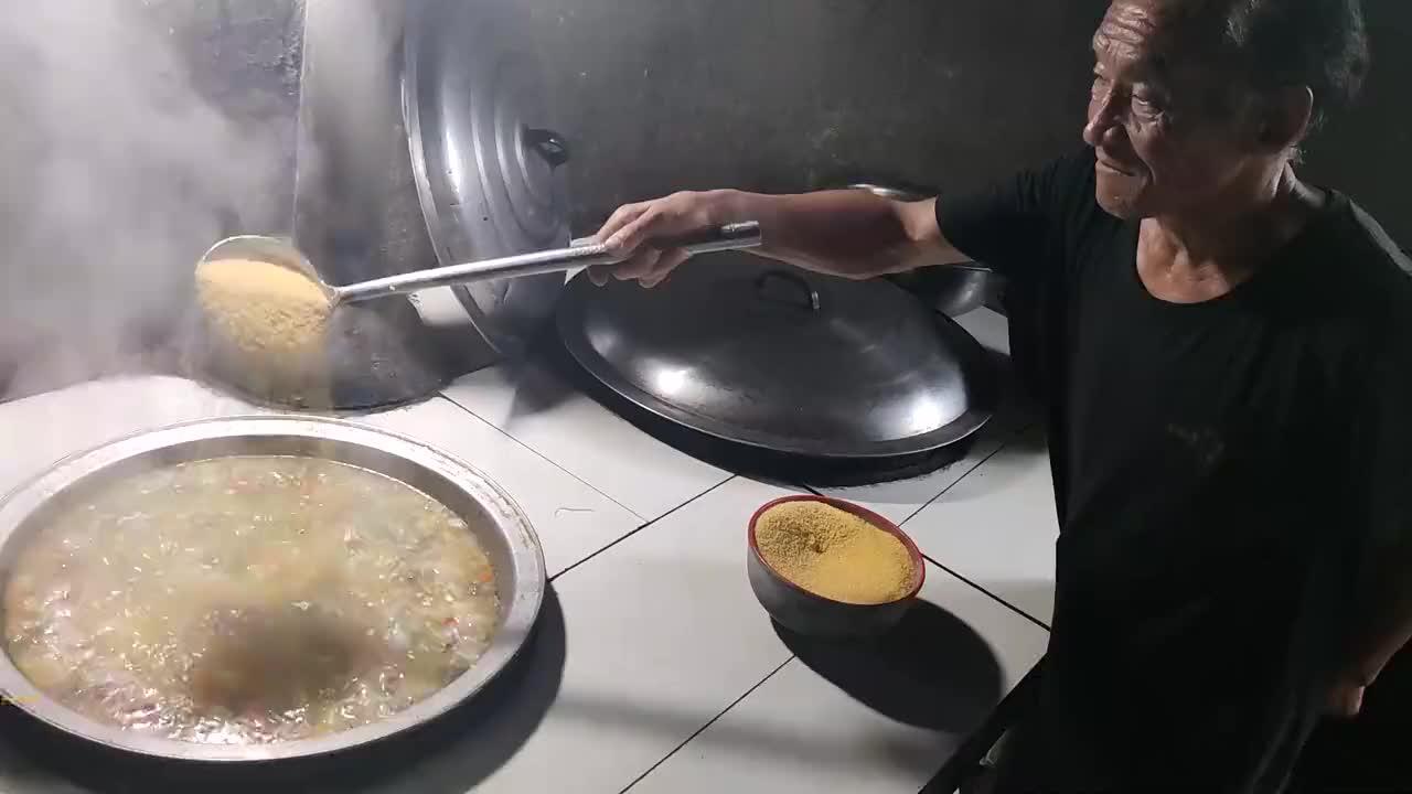 河南农民投资2百万做传统美食,一天卖300碗,有人跑几百里来品尝