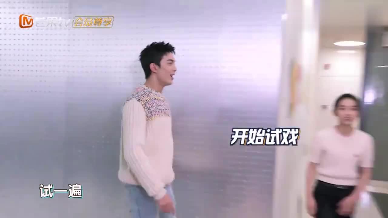 """快本:吴磊张子枫""""转角遇到爱"""",上演最萌身高差,太逗了"""