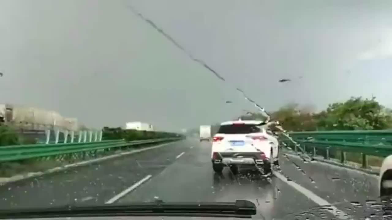 突如其来的强对流天气,让轿车不得不停在应急车道!