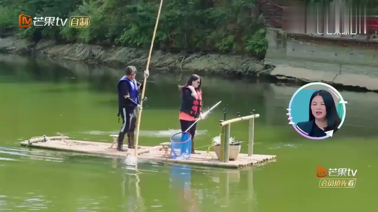 竹筏下面全是淤泥,李湘害怕游不回去,竟在船上跳起了扭腰舞!