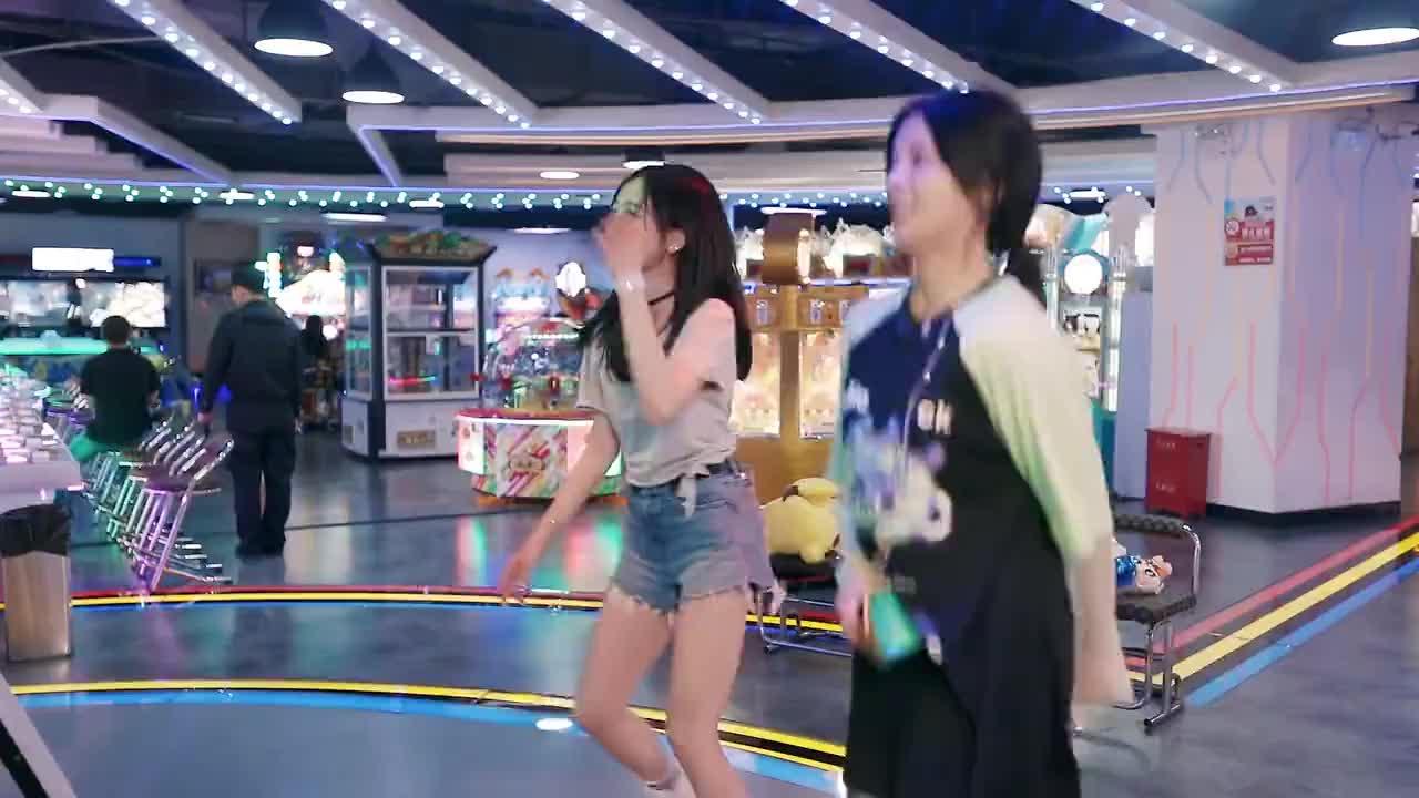 杨超越吴宣仪跳舞机PK,宣仪笑到下蹲:我的专业去哪里了!
